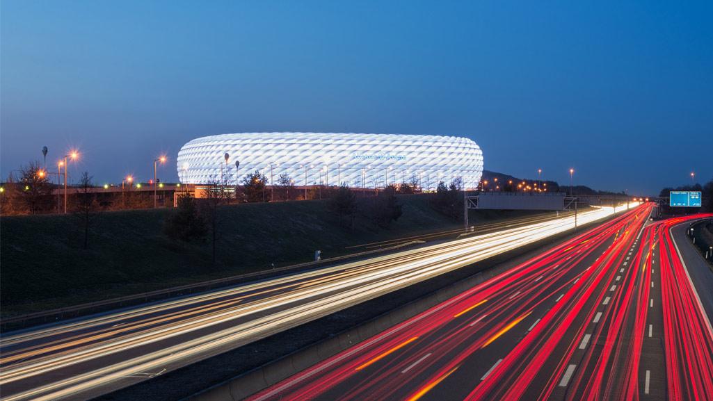 Verkehr vor der Allianz Arena in München