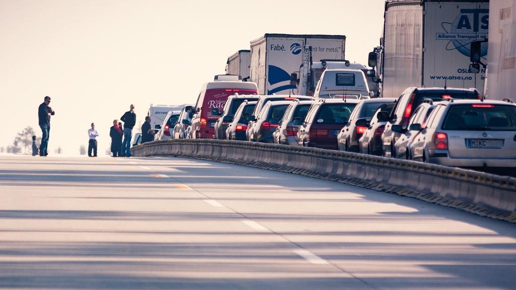 Fahrzeuge auf zweispuriger Straße, Wartezeiten an Grenzen