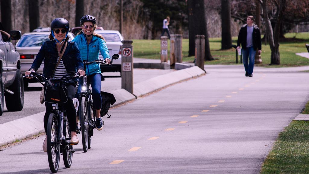 Zwei Fahrradfahrerinnen