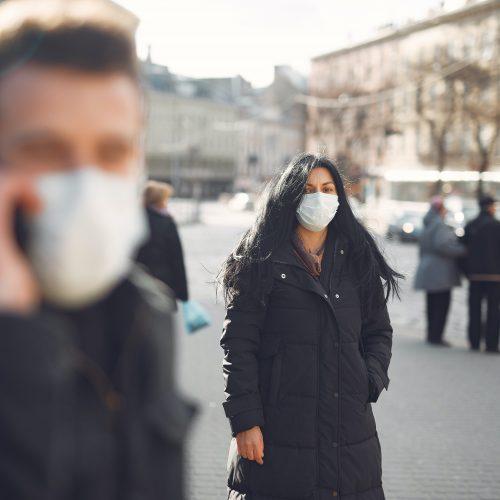 Menschen tragen Mundschutz