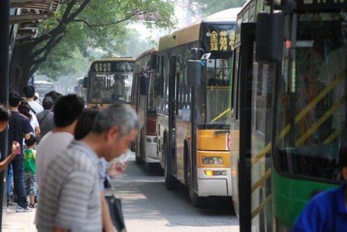 I pianificatori vogliono identificare le fermate dei trasporti pubblici in cui le persone si affollano senza rispettare distanza sociale