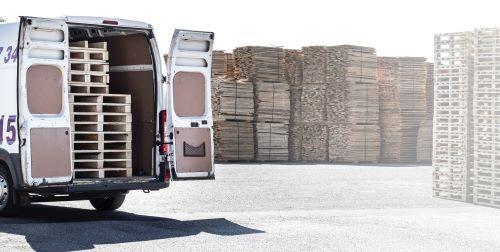 camion qui décharge des marchandises