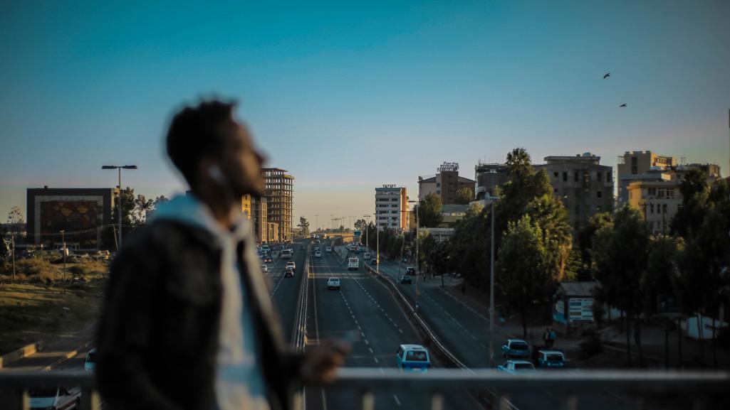 homme sur un pont