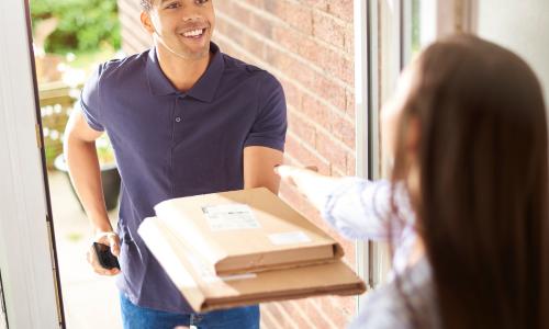 Paket wird an die Haustüre geliefert