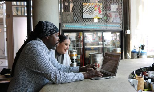 Zwei Menschen am Laptop