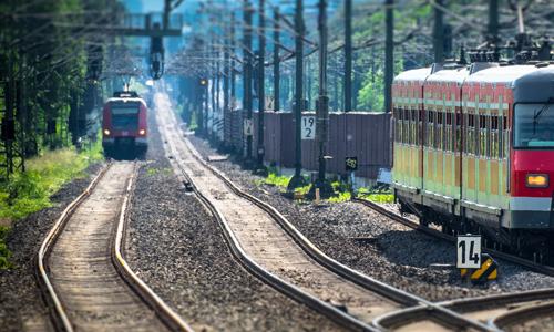 Zwei Züge auf Bahngleisen