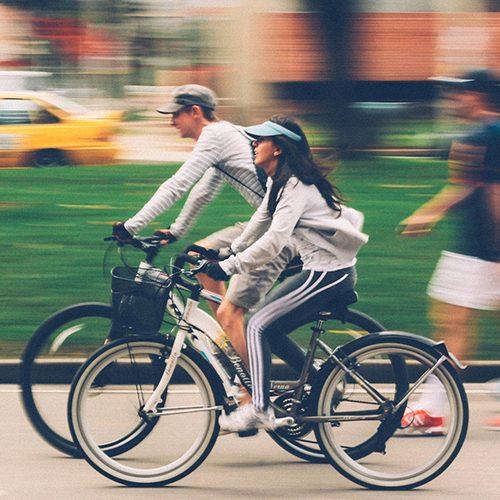 2 personnes sur un vélo