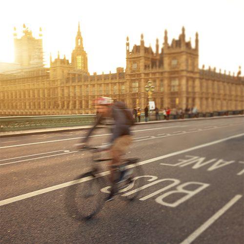 Radfahren spielt bei der Verkehrswende eine zentrale Rolle. Städte und Kommunen sind gefordert, passende Infrastruktur zu schaffen.