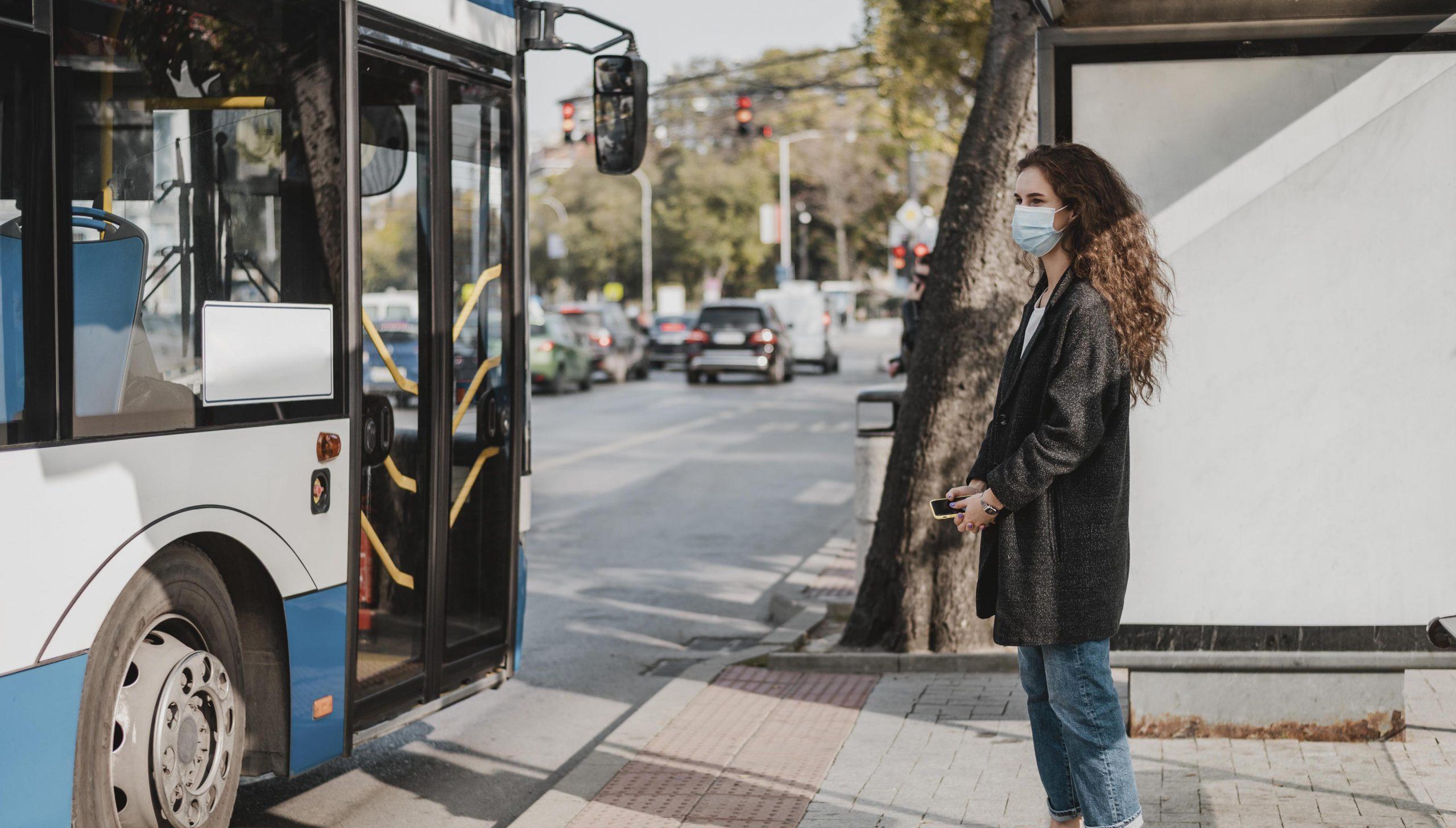 femme qui attend le bus